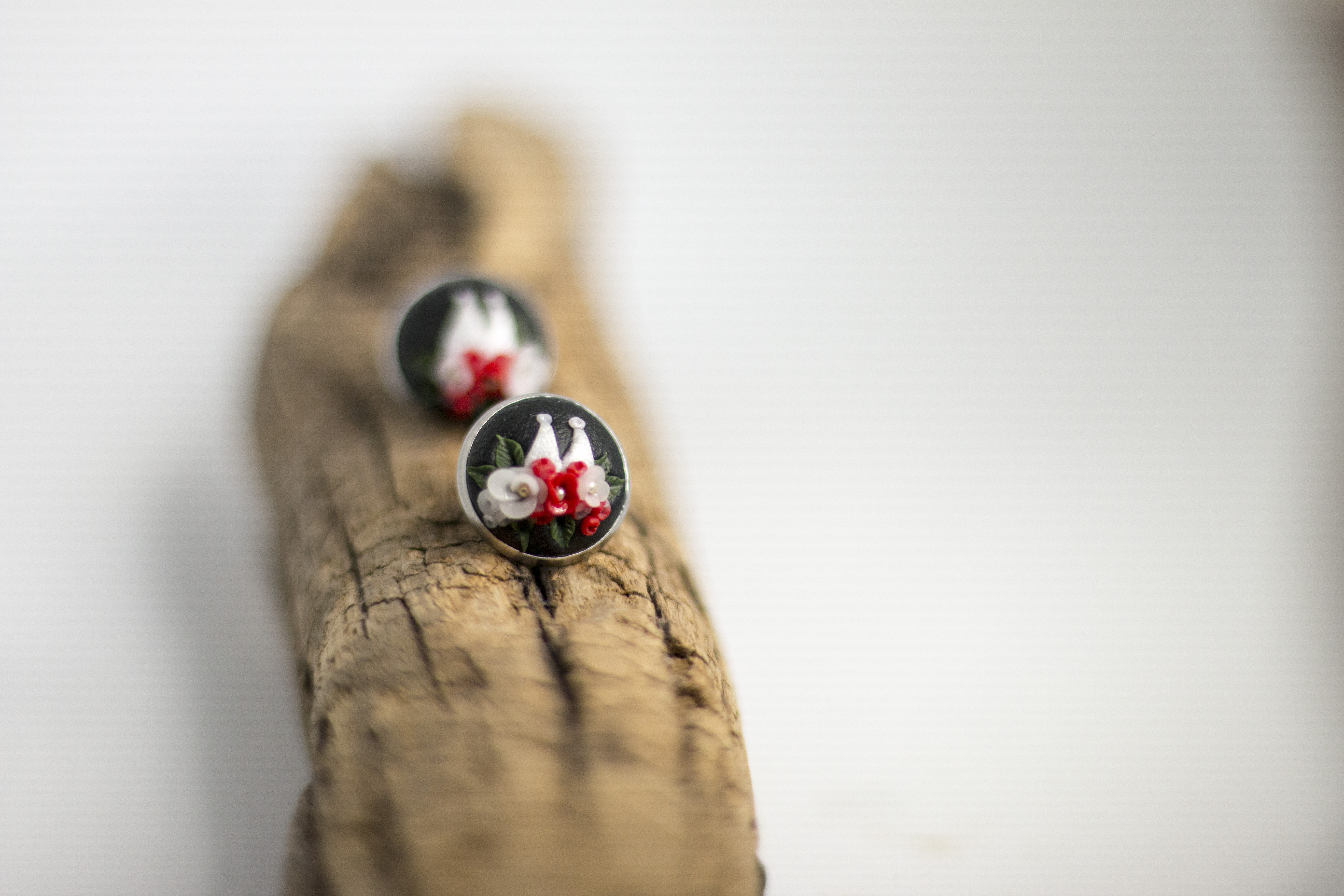Ohrringe mit dem Kölner Dom als Motiv. Gesäumt mit rot-weißen Blüten.