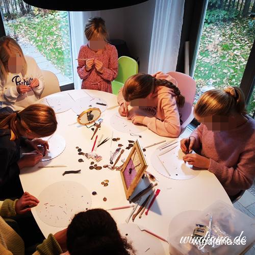 Kinder modellieren Schmuck auf Windjanas Schmuckparty