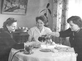 Schmuck at home - drei Damen beim Kaffeetrinken