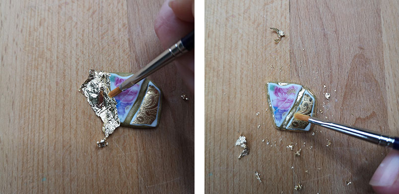 Blattmetall wird mit einem Pinsel auf die DIY Haarspange aus Scherben aufgetragen